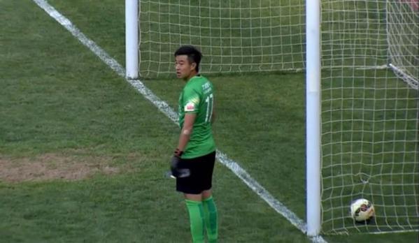 Un gardien chinois se désaltère et prend un but!
