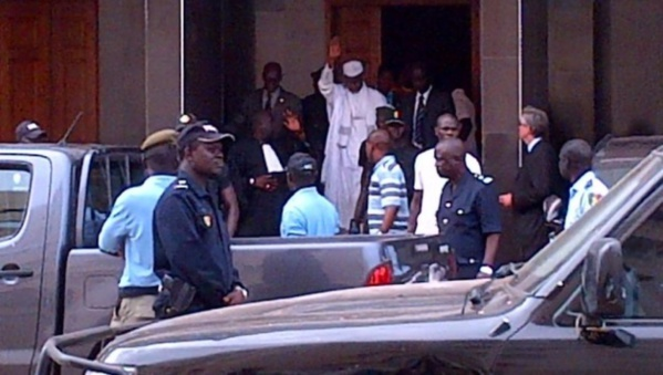 Conséquence de son refus de faire face au juge: Hissein Habré porté de force devant le président des CAE