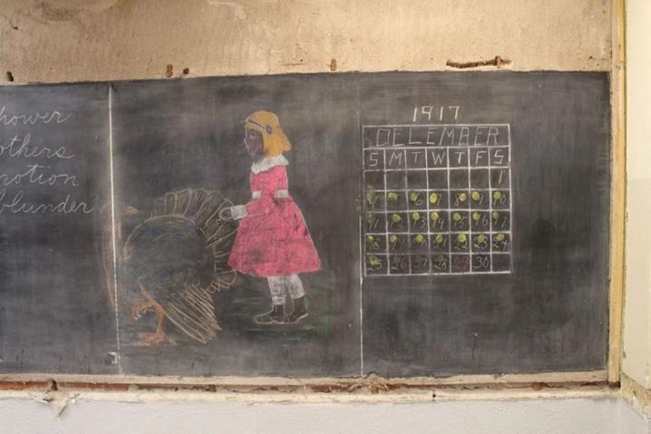 Oubliés dans une école il y a 100 ans, des tableaux de cours retrouvés intacts, livrent leurs plus grands secrets ! Incroyable la technique pour les multiplications..