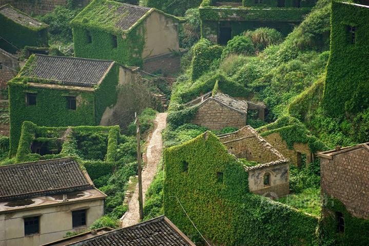 A quoi ressemble un village abandonné depuis des années ? Ca vaut le coup d'oeil..