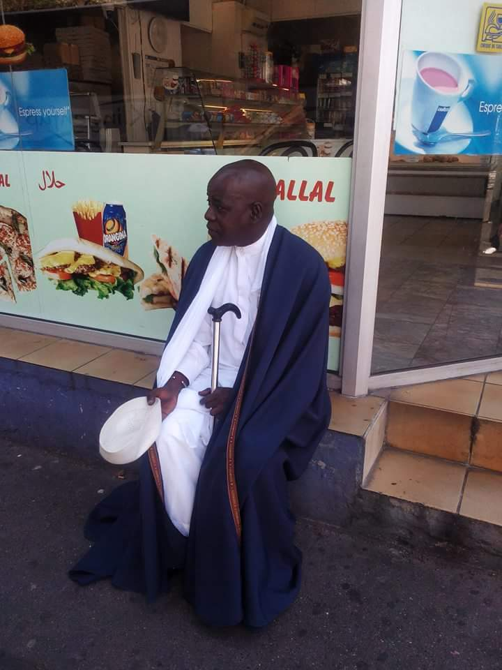 Kouthia fait son show devant un restaurant Hallal à Paris