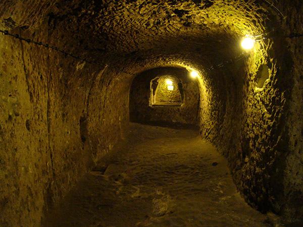 Il casse un mur de sa maison découvre une immense ville souterraine construite au 7ème siècle ! Complètement fou...