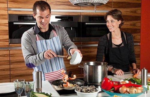 10 raisons pour lesquelles c'est parfait de se mettre en couple avec un homme qui sait bien cuisiner !
