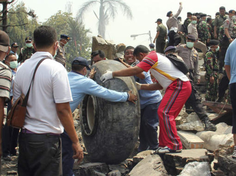 Un avion militaire s'écrase en pleine ville en Indonésie
