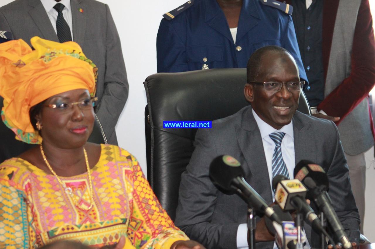 Les images de la passation de service au ministère du tourisme entre Abdoulaye Diouf Sarr et  Maïmouna Ndoye Seck