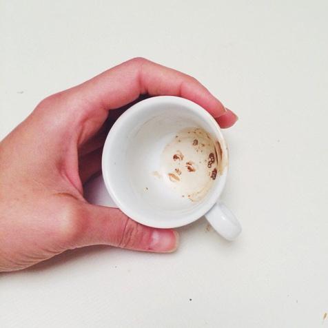 Elle transforme les taches de café ou de chocolat en véritables œuvres d'art