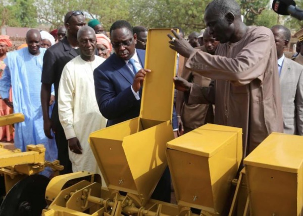 Fatick : Macky distribue des semoirs et houx pour améliorer le rendement de la région