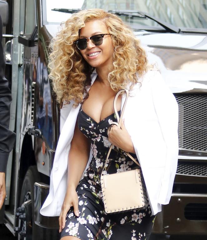 Beyonce : Sexy en robe fleurie Dolce & Gabbana