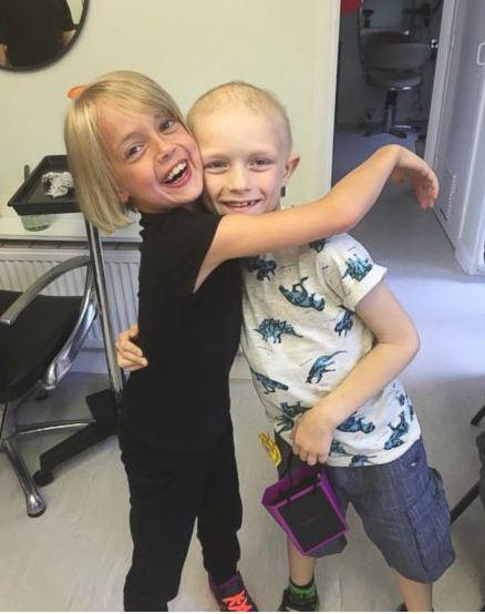 Voilà ce qui s'est passé quand cette petite fille a vu son amoureux perdre ses cheveux à cause d'un cancer ! Sa réaction tellement adorable...