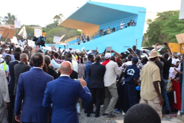 Retour de Macky Sall à l'Ucad : Les étudiants l'accueillent avec des jets de pierres, il renonce l'étape du Pavillon A