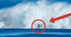 En bricolant sa moto, il réussit à rouler sur la mer et surfe des vagues immenses à Tahiti ! LA vidéo de l'année, à voir absolument..