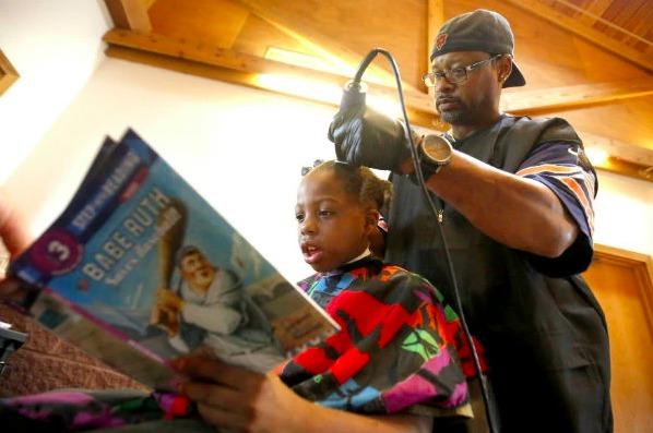 Comment faire lire ses enfants ? Ce coiffeur a trouvé une solution vraiment imparable !