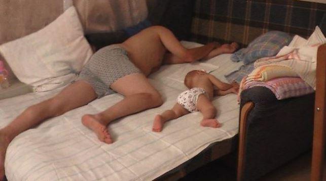 Quand un petit garçon veut tout faire comme son père, ça donne des photos absolument adorables ! La 7e est ma préférée…
