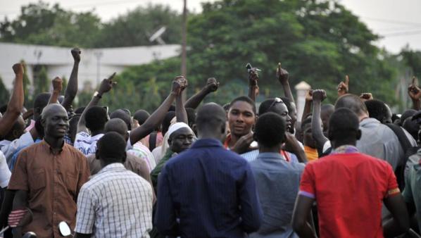 Des gens manifestent sur la place de la Nation à Ouagadougou à la suite de la prise d'otage du président et du Premier ministre, le 16 septembre.