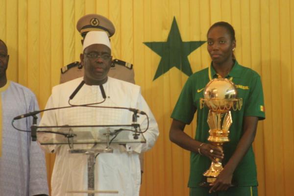 """Cérémonie de réception du trophée de l'afrobasket au Palais: Macky Sall appelle les Lionnes du Basketball à être plus """"conquérantes"""" aux JO 2016"""