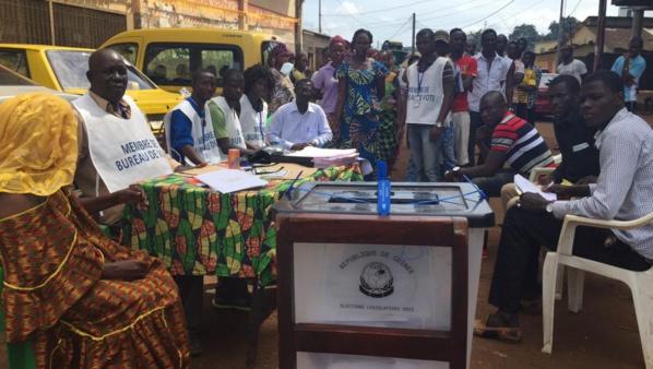 Bureau de vote en plein air dans un quartier du port de Conakry (RFI/Guillaume Thibault)