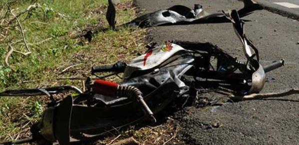 Accident à hauteur de l'Université Dakar Bourguiba : Un scooter roulant à vive allure s'encastre dans un taxi, deux blessés graves
