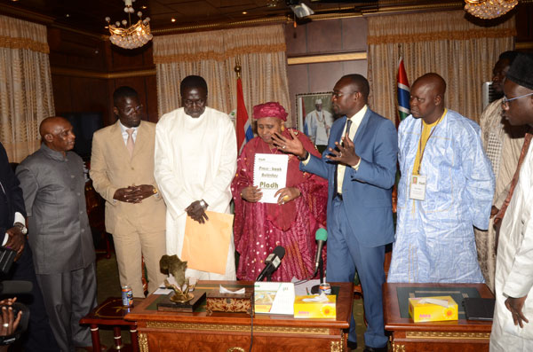 """Yaya Jammeh lauréat du trophée """"VIVA AFRICA"""" et d'Ambassadeur de la PLADH"""