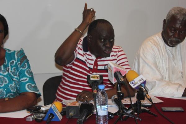 Me El Hadj Diouf: « Macky Sall est encerclé, pris en otage par des dinosaures, des vieillards qui ont des objectifs cachés »
