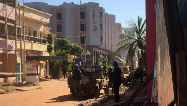 Les forces de police prennent position devant l'hôtel Radisson Blu de Bamako, ce 20 novembre 2015. AFP PHOTO / SEBASTIEN RIEUSSEC