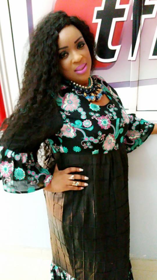 Mado, avec un look glamour