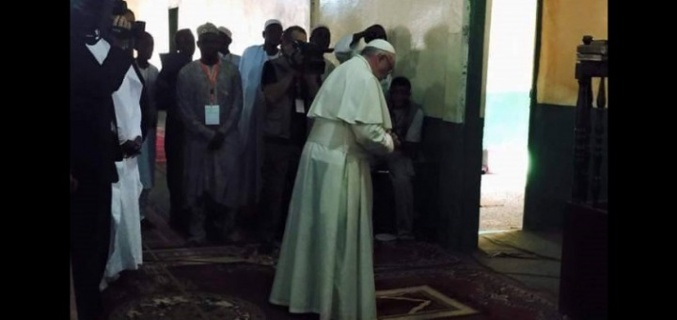Visite en Centrafrique: Le pape François à la mosquée de Bangui