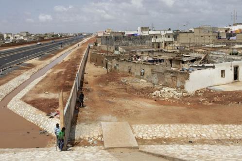 Construite sur une digue, la nouvelle autoroute est préservée des crues. Payante, elle n'attire pas les usagers, qui continuent à emprunter la route nationale 1 qui longe l'autoroute, ainsi que la route principale qui mène à Rufisque.