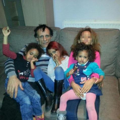 Photo : Hellmut et ses enfants, dont Aïcha, seule survivante du drame).