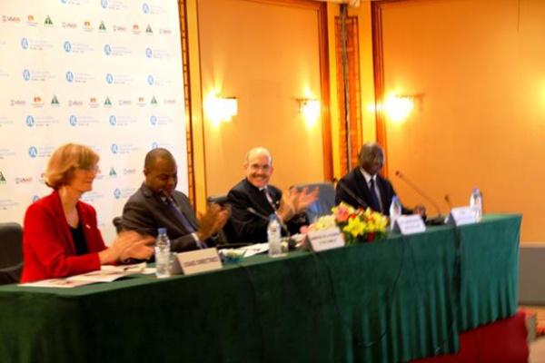 L'Ambassadeur Zumwalt lance les activités du Centre de leadership pour les jeunes africains de Dakar