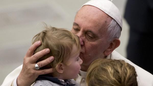 Un baiser du pape François aurait guéri la tumeur d'un bébé