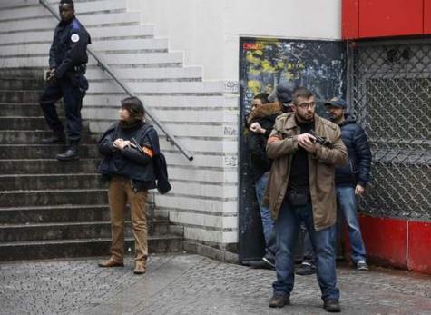 Un homme abattu devant un commissariat à Paris