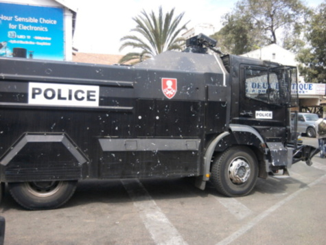 La place de l'Indépendance assiégée par la police