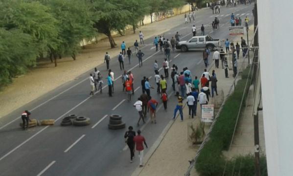 UGB: les étudiants barrent la route nationale