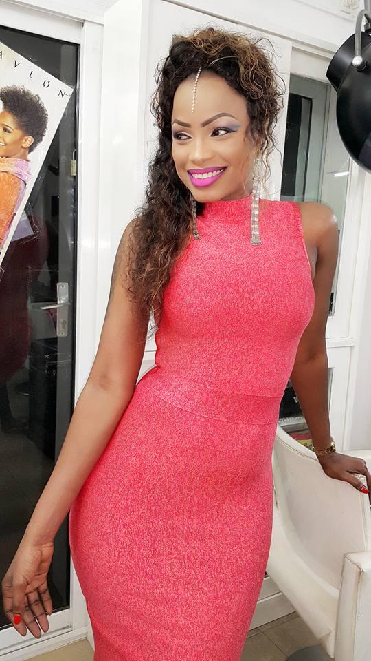 Mbathio Ndiaye exhibe ses charmantes formes dans une robe moulante