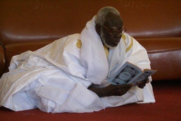"""Vidéo de la valise d'argent : Serigne Mountakha Mbacké donne 100 millions FCfa de """"adiya"""" au Khalife (En espèce)"""