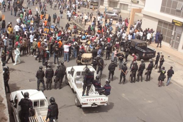 Affrontements entre Oui et Non à Dakar : Du Sang, des coups de feu et dégâts importants