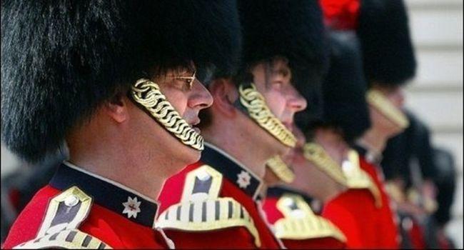 Bizutage extrême à Londres : Deux gardes royaux forcés de coucher ensemble
