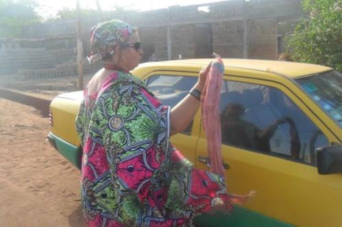 Incroyable mais vrai:  Une française chauffeur de taxi à Bamako