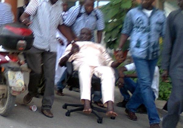 Alioune Samba Diassé dans un fauteuil roulant lors de sa 1ère comparution devant la Crei