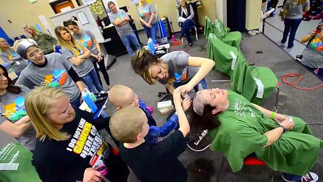 Les élèves d'une école se rasent la tête par solidarité pour leur amie qui souffre d'un cancer