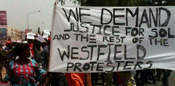Acculé par le blocus de la frontière et les manifs de l'opposition, Jammeh lâche du lest – 16 manifestants libérés
