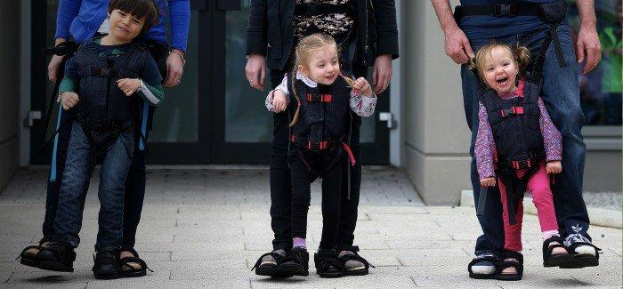Une maman a eu une idée géniale pour faire marcher son enfant handicapé