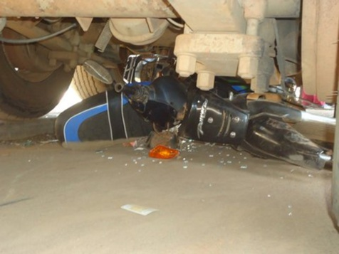 Homicide involontaire: Le motocycliste heurte le camion et meurt