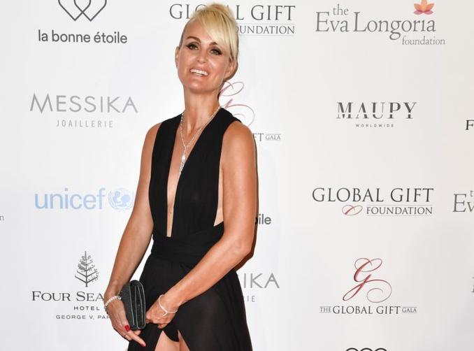 Grosse galère de robe pour Laeticia Hallyday qui montre sa culotte et sa poitrine à un gala