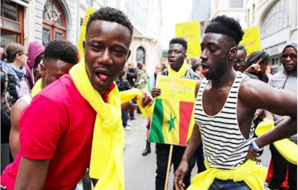 Gaypride à Bruxelles - Des homos défilent avec le drapeau du Sénégal