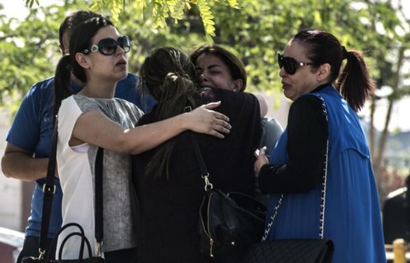 Des familles de passagers qui ont disparu dans le crash de l'avion de la compagnie Egyptair, le 19 mai 2016 au Caire, en Egypte
