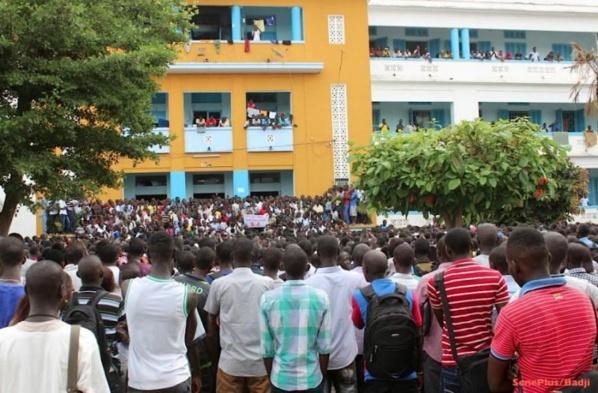 Les étudiants de la Faculté de Droit bloquent la corniche Ouest