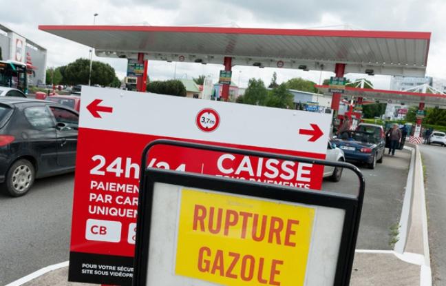 Pénurie d'essence: La France a commencé à puiser dans ses réserves stratégiques