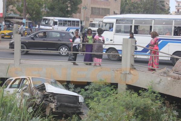 Audio et Photos : Accident insolite : Une voiture finit dans le Canal 4