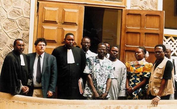 Me Kaba, Reed Brody et  Me Boucounta Diallo à gauche, lors du dépôt de la première plainte contre  Habré au Sénégal